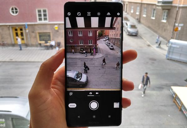 Kameran käyttöliittymä on aiempaa yksinkertaisempi ja parempi. Mode-painikkeen takaa löytyvät Sonyn älypuhelimista tutut edistyksellisemmät kuvaustilat.