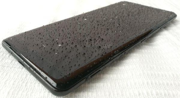 Sony Xperia XZ3 on vesi- ja pölytiivis IP68-standardin mukaisesti.