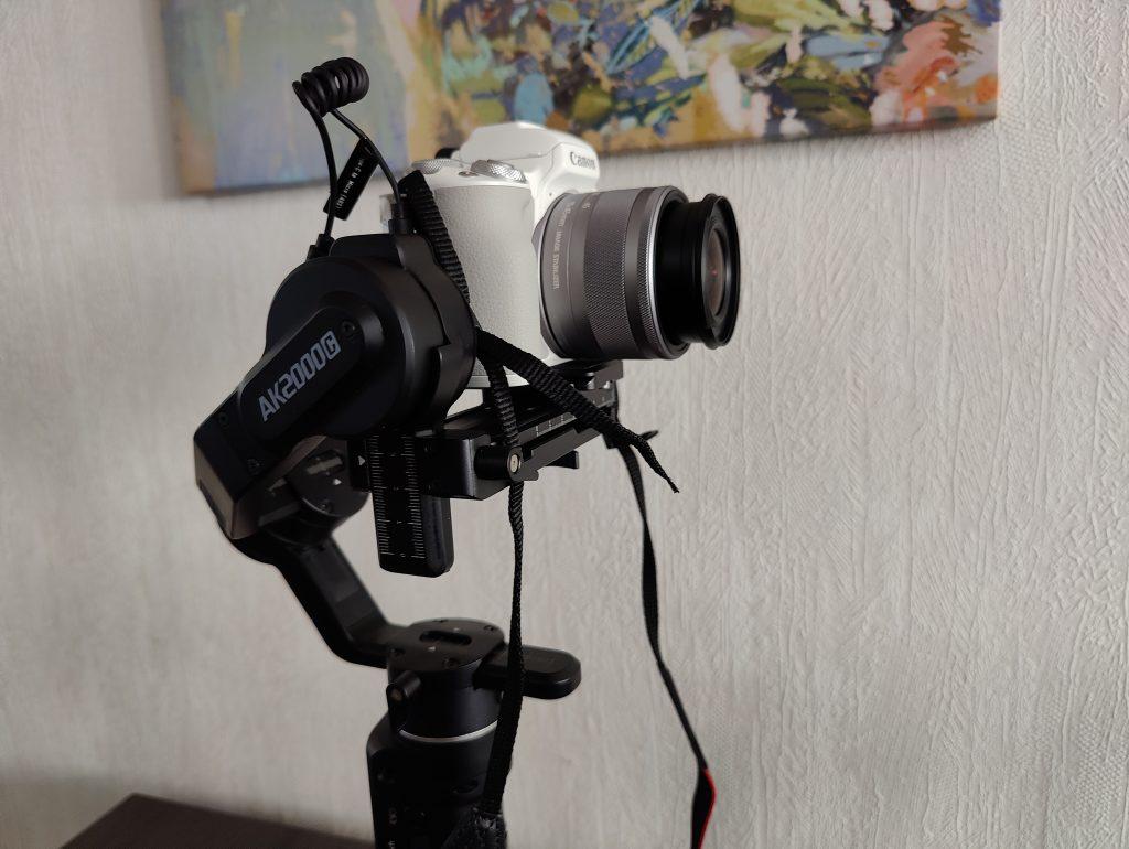 EOS M50 Mark II kamera gimbaalille aseteltuna.